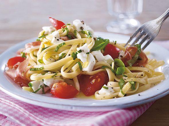 Sommernudeln mit kalter Tomaten-Mozzarella-Soße Rezept