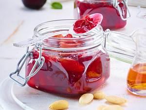 Sommerpflaumen-Konfitüre mit Mandeln und Amaretto Rezept