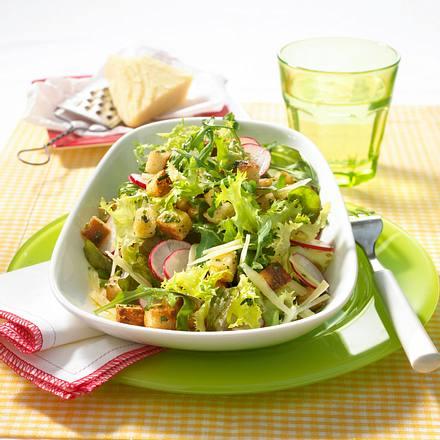 Sommersalat mit Kräutercroutons Rezept