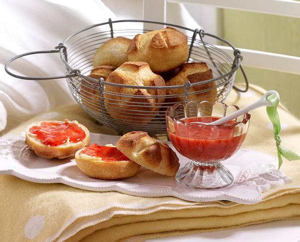 Sonntagsbrötchen mit Erdbeer-Konfitüre Rezept