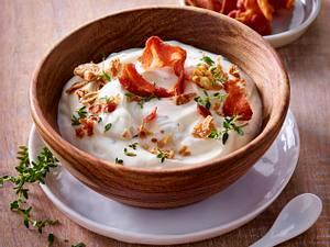 Sour Cream mit Bacon, Röstzwiebeln und Thymian Rezept