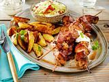 Souvlaki - Schweinefleisch-Spieße mit Krautsalat, Tsatsiki und frittierten Kartoffelspalten Rezept