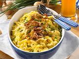 Spätzle mit Käse eingeschichtet mit Zwiebeln und Schnittlauch Rezept