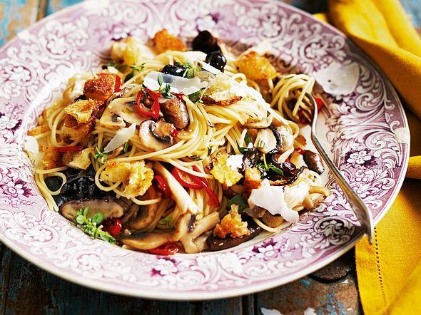 Spaghetti alla Panzanella mit scharfen Thymian-Pilzen Rezept