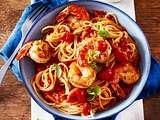Spaghetti in Gin-Tomatensoße mit Garnelen Rezept