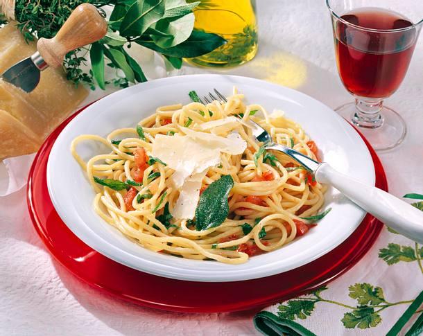 Spaghetti in Salbeibutter (für 2 Personen) Rezept