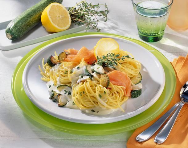 Spaghetti in Zucchini und Thymiansoße mit Lachs Rezept