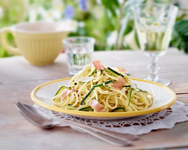 Spaghetti in Zucchini-Zitronen-Chili-Sahnesoße Rezept