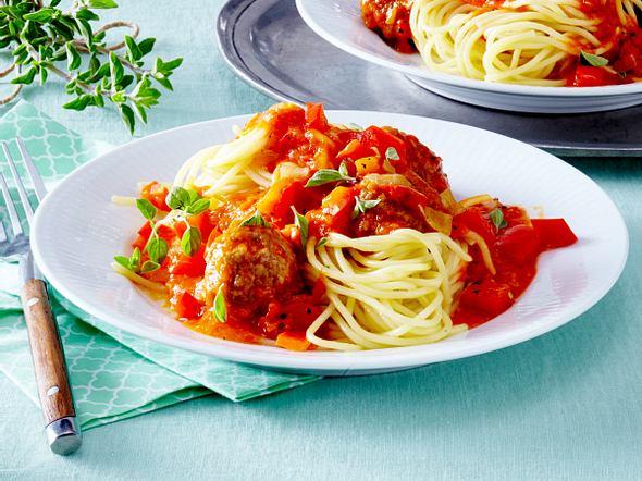 Spaghetti mit Hackbällchen in roter Paprikasoße Rezept