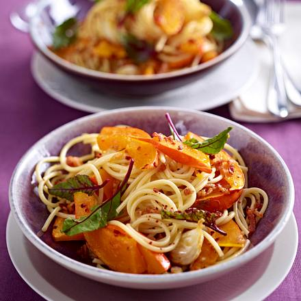 spaghetti mit k rbis und gebackenem knoblauch rezept chefkoch rezepte auf kochen. Black Bedroom Furniture Sets. Home Design Ideas