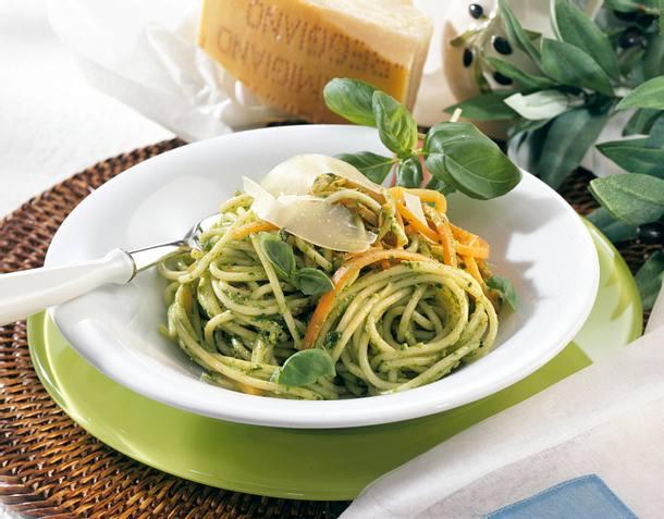 Spaghetti mit Möhrennudeln und Pesto Rezept