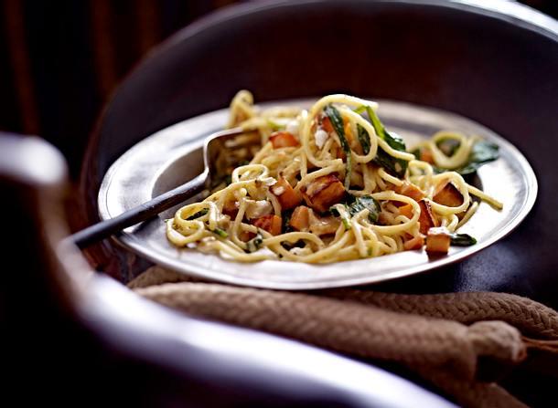 Spaghetti mit Spinat, Süßkartoffeln und Ziegefrischkäse Rezept