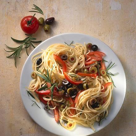 Spaghetti mit Tomaten-Oliven-Soße Rezept