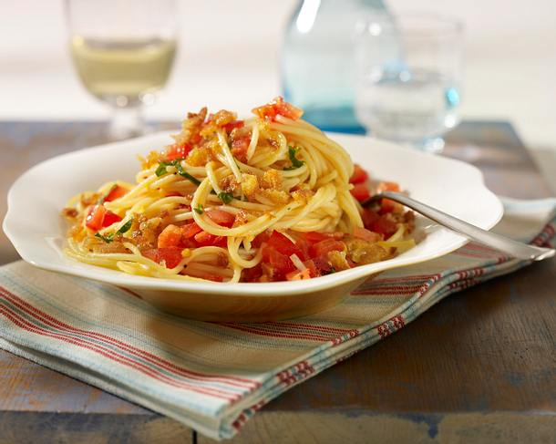 Spaghetti mit Tomatensalsa und Ciabattabröseln Rezept