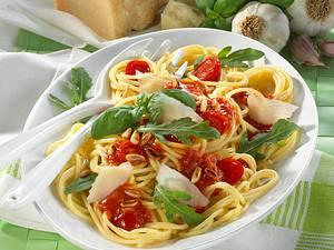 Spaghetti mit Tomatensoße, Rauke und Pinienkerne Rezept