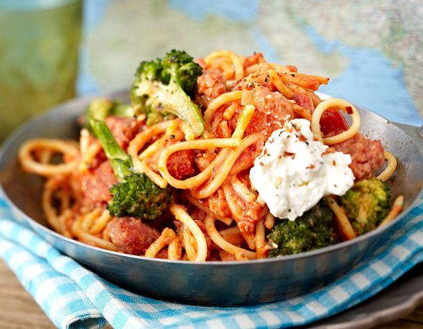 Spaghettipfanne mit Zwiebelmett in Harissa-Tomatensoße Rezept