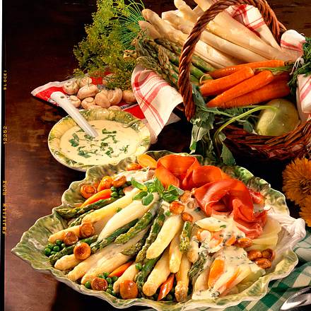 Spargel-Gemüseplatte mit Basilikum-Sahne-Soße Rezept