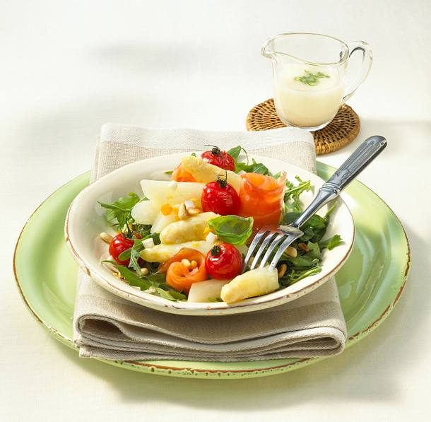 Spargel-Lachs-Salat mit Ei-Vinaigrette Rezept