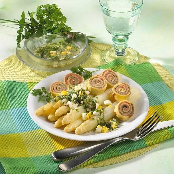 Spargel mit Kräuter-Ei-Vinaigrette, Schinken und Crêpes Rezept