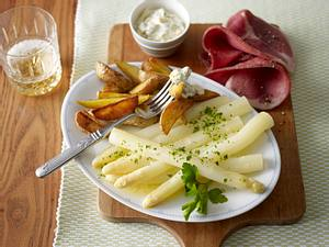 Spargel mit Remoulade, gebratenen Kartoffelspalten und Katenschinken Rezept