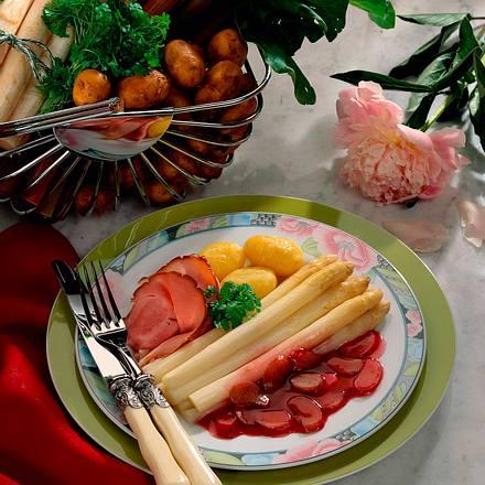 Spargel mit Rhabarber-Rotweinsoße, Schinken und Kartoffeln Rezept