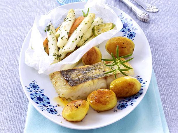 Spargel-Möhren-Gemüse aus dem Ofen mit Zander und Röstkartoffeln Rezept
