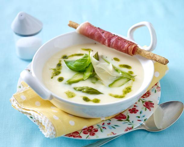 Spargel-Parmesansuppe mit Pesto und Serrano-Grissinistangen Rezept