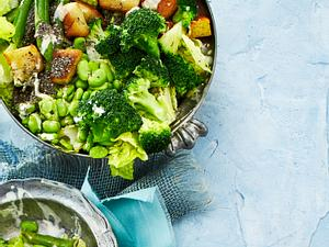 Spargel-Salat mit Brokkoli und Mandelmus-Dressing Rezept