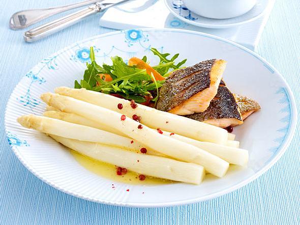 Spargel mit Vanille-Butter und Lachsforellen-Filet