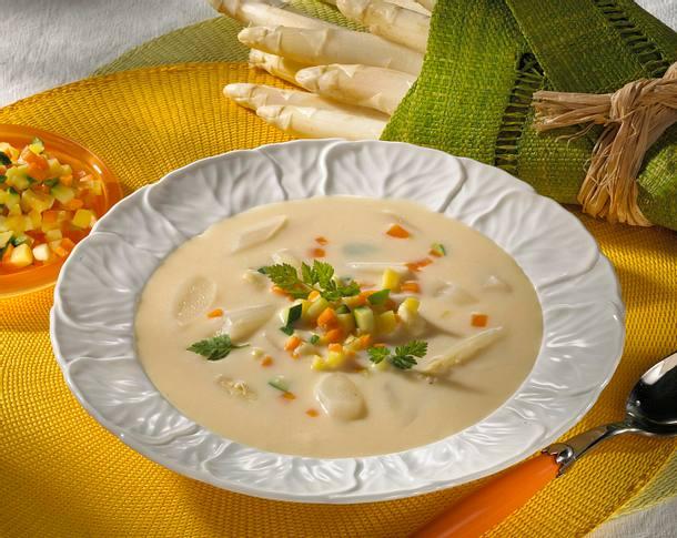 Spargelcremesuppe mit Crème fraîche und feinen Gemüsewürfeln Rezept