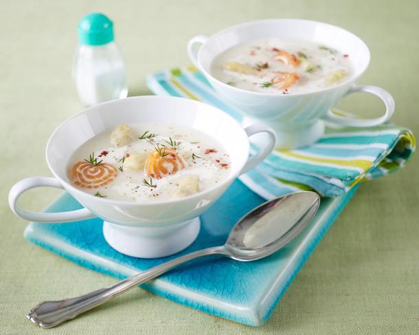 Spargelcremesuppe mit Meerrettich-Lachsröllchen und Dill Rezept