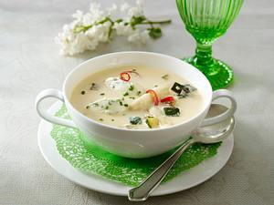 Spargelcremesuppe mit Schnittlauch-Ziegenkäse-Nocken, Zucchiniwürfel und Chili Rezept