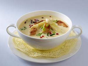 Spargelcremesuppe (vier mal anders) mit Hähnchenfilet, Lauchzwiebeln, rosa Beeren und Kresse Rezept
