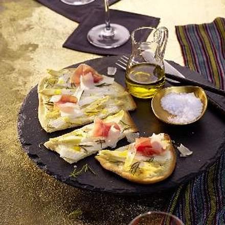 Spargelflammkuchen mit Serrano-Schinken Rezept