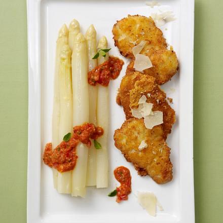 Spargelplatte mit Mini-Parmesan-Schnitzeln und roter Pesto-Soße Rezept