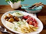 Spargelplatte mit neuen Kartoffeln, Frankfurter grüner Soße und verschiedenem Schinken Rezept
