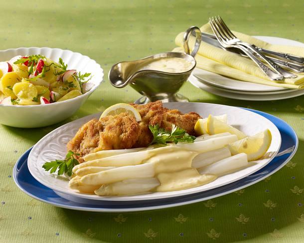Spargelplatte mit Wiener Schnitzel, Sauce Hollandaise und Kartoffelsalat Rezept