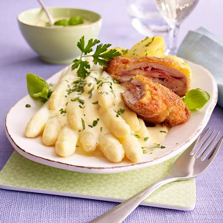 Spargelplatte mit Wiener Schnitzel und Kräuter-Hollandaise Rezept