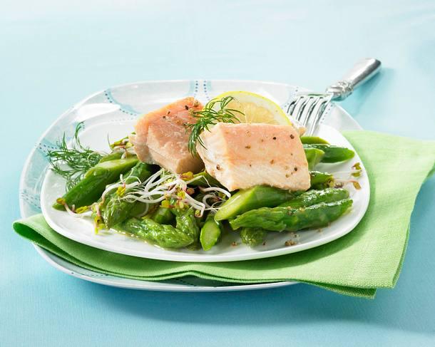 Spargelsalat mit Lachsfilet und Lauchzwiebel-Vinaigrette Rezept