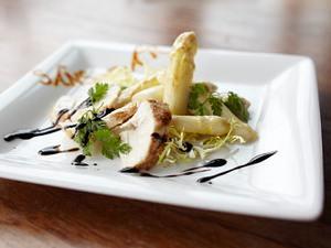 Spargelsalat mit Maishühnchenbrust Rezept