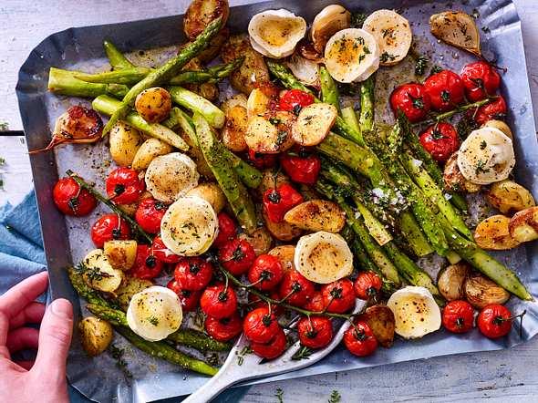 Spargelsalat vom Blech mit neuen Kartoffeln und Ziegenkäse Rezept