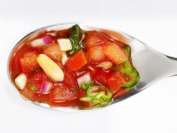 Spargelsoße auf dem Löffel: Tomaten-Basilikum Salsa Rezept