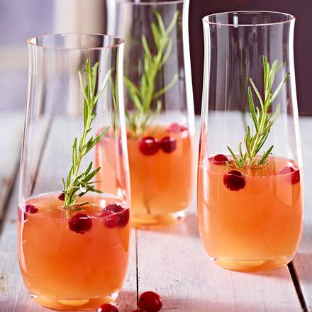 Sparkling peach and cranberry cocktail Rezept