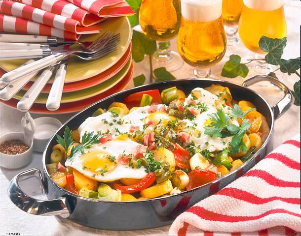 Spiegeleier auf Holsteiner Kartoffel-Gemüse-Pfanne Rezept