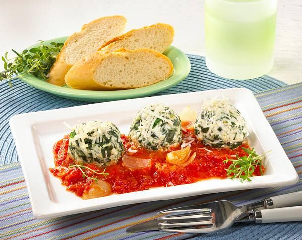 Spinat-Quarkklößchen mit Tomatensoße Rezept