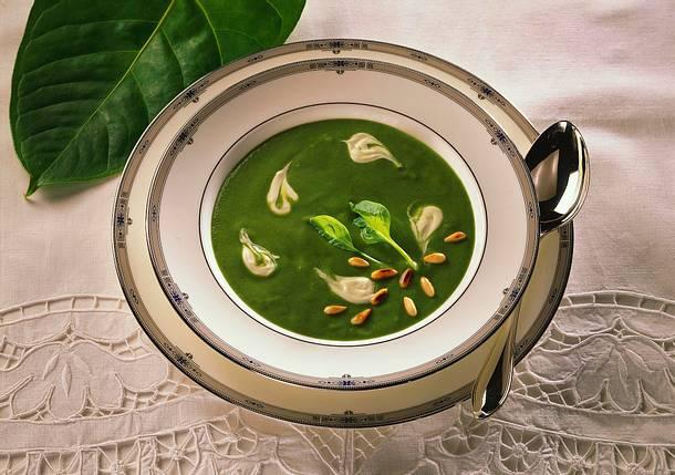Spinatcremesuppe mit Pinienkernen Rezept