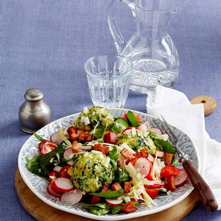 Spinatknödel auf Sommersalat Rezept