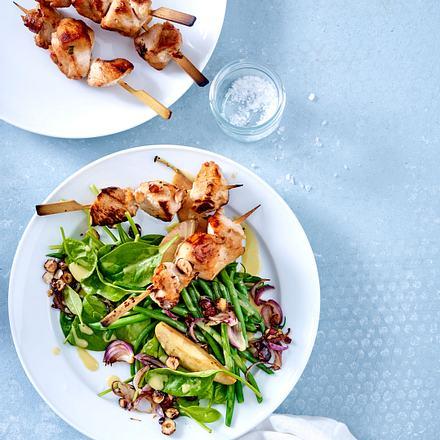 Spinatsalat mit grünen Bohnen, Birnenspalten mit Geflügelspießen Rezept