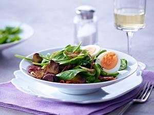 Spinatsalat mit halbieren Eiern und Speck-Vinaigrette Rezept