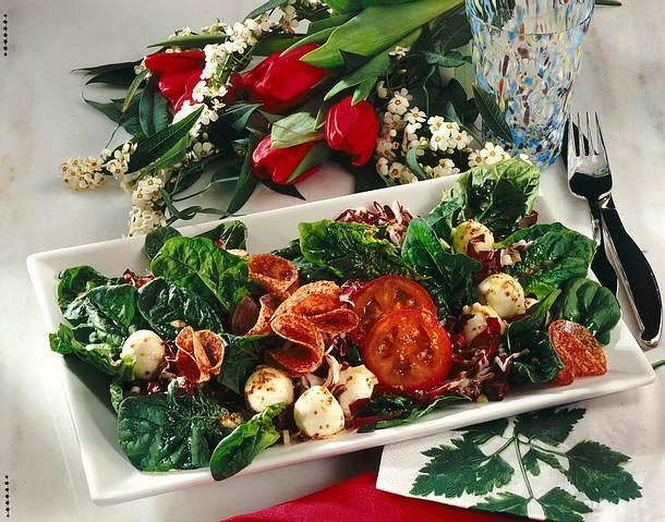 Spinatsalat mit Mozzarella und Salami Rezept